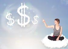 Giovane donna che si siede sulla nuvola accanto ai simboli di dollaro della nuvola Fotografie Stock Libere da Diritti