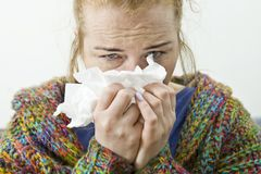 Giovane donna che soffre dal freddo e dall'influenza a casa, primo piano fotografie stock