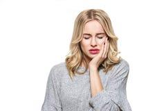 Giovane donna che soffre dal mal di denti Fondo di dolore e di odontoiatria di dente Bella sofferenza della giovane donna dal dol fotografie stock libere da diritti