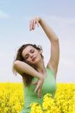 Giovane donna che sogna e che balla fotografie stock libere da diritti