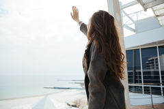 Giovane donna che solleva la sua mano fotografie stock