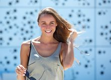 Giovane donna che sorride all'aperto Immagine Stock