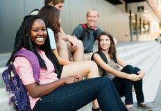 Giovane donna che sorride con gli amici Fotografia Stock Libera da Diritti
