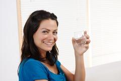 Giovane donna che sorride con il vetro Immagini Stock
