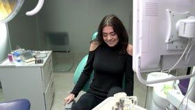 Giovane donna che sorride, ufficio del dentista stock footage