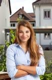 Giovane donna che sta davanti ad una costruzione Fotografie Stock