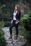 Giovane donna che sta e che posa nel lago Fotografia Stock