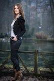 Giovane donna che sta e che posa nel lago Fotografie Stock