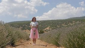 Giovane donna che sta nel campo di lavanda archivi video