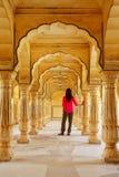 Giovane donna che sta in Sattais Katcheri Corridoio, Amber Fort, Jaipu fotografie stock