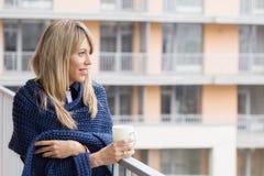 Giovane donna che sta sul balcone immagine stock libera da diritti