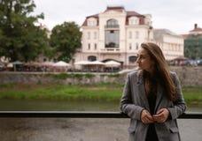 Giovane donna che sta sulla banchina Immagini Stock