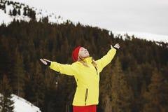 Giovane donna che sta sulla cima della montagna nell'inverno nevoso Fotografia Stock Libera da Diritti