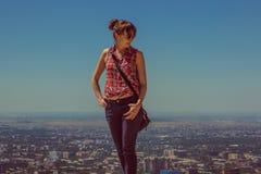 Giovane donna che staing sulla collina con la vista della città, Almaty, Kazakhsta Fotografie Stock Libere da Diritti