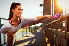 Giovane donna che streching prima degli sport stile urbano di sport Fotografia Stock