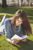 Giovane donna che studia all'aperto Immagine Stock Libera da Diritti