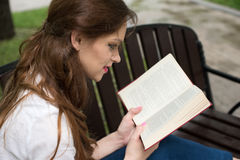 Giovane donna che studia alla sosta Fotografie Stock
