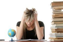 Giovane donna che studia allo scrittorio Immagine Stock Libera da Diritti