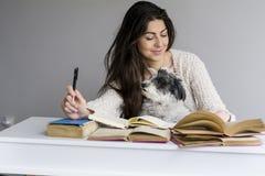 giovane donna che studia con i libri per gli esami Immagine Stock Libera da Diritti