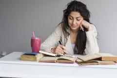 giovane donna che studia con i libri per gli esami Fotografia Stock