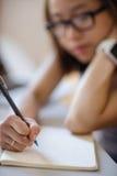 Giovane donna che studia nell'aula Fotografia Stock Libera da Diritti