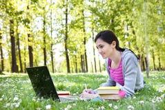 Giovane donna che studia nella sosta Fotografia Stock Libera da Diritti