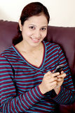 Giovane donna che texting Fotografia Stock
