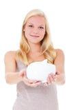 Giovane donna che tiene banca piggy Immagine Stock Libera da Diritti
