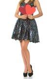 Giovane donna che tiene i cuori rossi, gambe lunghe isolate Immagini Stock Libere da Diritti