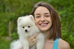 Giovane donna che tiene il cucciolo tedesco dello spitz Fotografia Stock