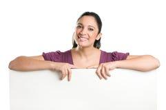 Giovane donna che tiene insegna in bianco Fotografie Stock