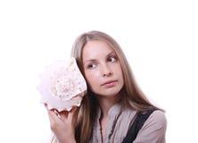 Giovane donna che tiene lle coperture Immagini Stock