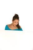 Giovane donna che tiene un comitato in bianco Immagine Stock