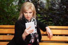Giovane donna che tiene un computer digitale della compressa Fotografie Stock