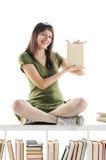 Giovane donna che tiene un libro Immagini Stock Libere da Diritti