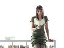 Giovane donna che tiene un libro aperto Fotografia Stock