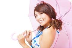 Giovane donna che tiene un ombrello Isolato su una priorità bassa bianca Fotografia Stock Libera da Diritti