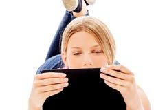 Giovane donna che tiene una compressa digitale Immagini Stock