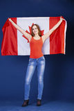 Giovane donna che tiene una grande bandiera canadese Fotografia Stock