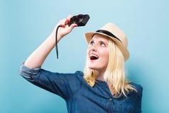 Giovane donna che tiene una macchina fotografica compatta Immagini Stock Libere da Diritti