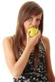 Giovane donna che tiene una mela Fotografie Stock Libere da Diritti
