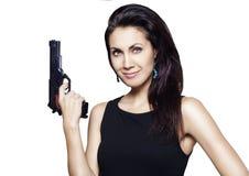 Giovane donna che tiene una pistola immagine stock