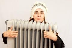Giovane donna che tiene una stufa elettrica fotografie stock libere da diritti