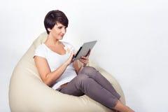 Giovane donna che usando iPad Fotografie Stock Libere da Diritti