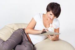 Giovane donna che usando iPad Fotografia Stock