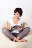 Giovane donna che usando iPad Fotografia Stock Libera da Diritti