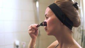 Giovane donna che usando mesoroller Mesoroller per il micro massaggio facciale video d archivio