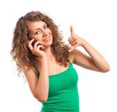 Giovane donna che usando un cellulare su fondo bianco Immagine Stock