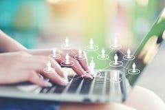 Giovane donna che utilizza computer portatile ed icona o ologramma nella caffetteria, in Internet sociale della rete di comunicaz fotografie stock
