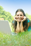 Giovane donna che utilizza computer portatile nella sosta Fotografia Stock